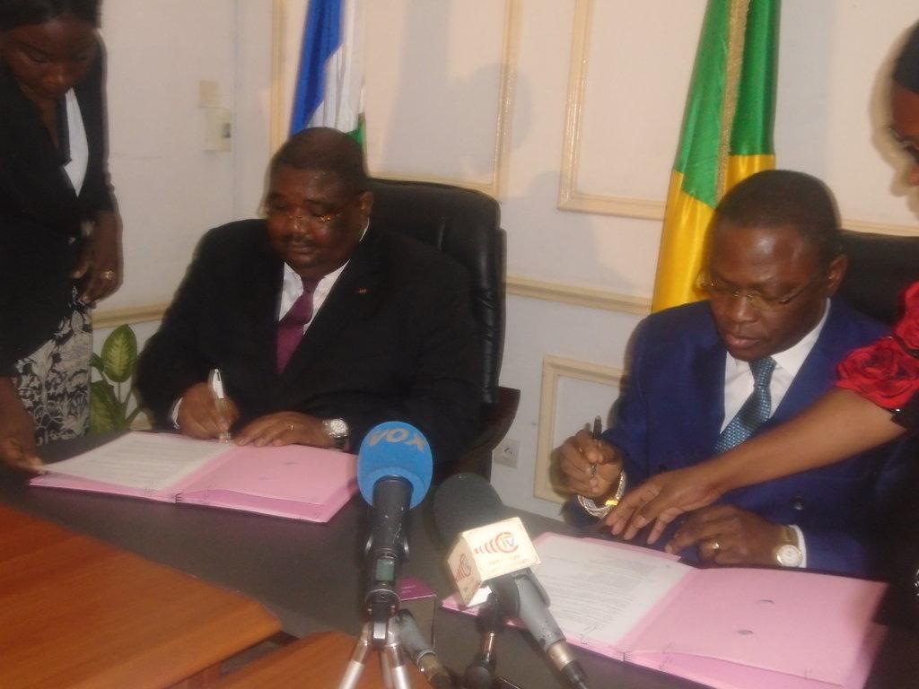 le ministre congolais des Transports, de l'aviation civile et de la marine marchande, Fidèle Dimou, et son homologue centrafricain, Théodore Jousso.