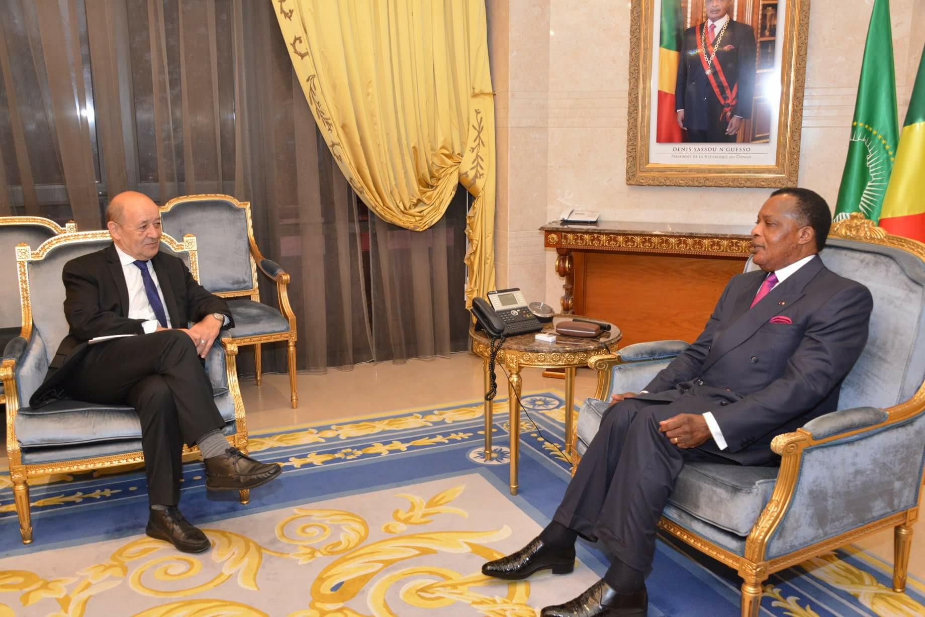 Le ministre des Affaires étrangères français, Jean-Yves Le Drian et le président congolais Denis Sassou N'Guesso