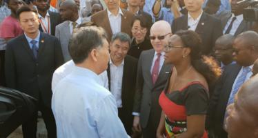 Le plus haut conseiller politique chinois visite un village congolais auquel la Chine s'apprête à offrir des télévisions numériques