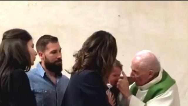 Un prêtre gifle un enfant pendant son baptême et provoque l'indignation des internautes