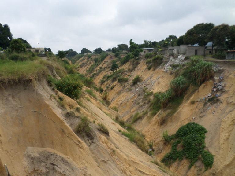 Une vue des érosions à Ngambio