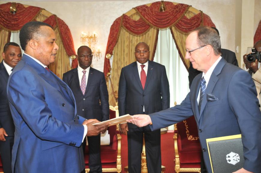 Le chef de l'Etat congolais, Denis Sassou N'Guesso et Klaus Peter Schick , ambassadeur d'Allemagne en République du Congo