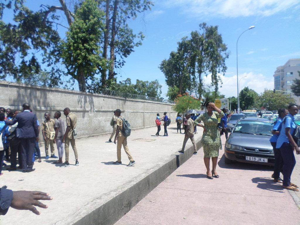 Les élèves du CEG-lycée Nganga-Edouard après le vent du spectre, le 24 octobre /Adiac