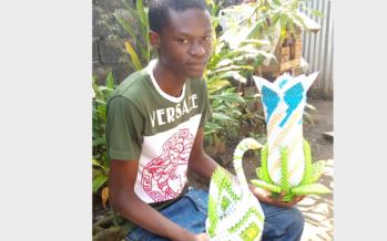 Congo : Josephim Noël Milandou spécialisé dans la transformation du papier en pièce de décoration