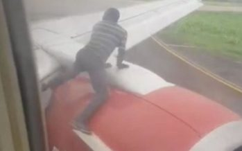 Nigeria : Un homme arrêté sur l'aile d'un avion peu avant le décollage