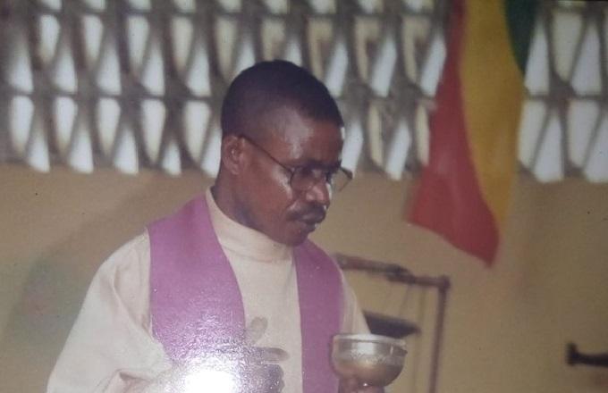 Le corps sans vie de l'abbé Paul Mbon