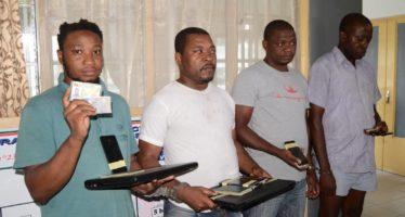 Congo : quatre arnaqueurs opérant sur les réseaux sociaux présentés au public