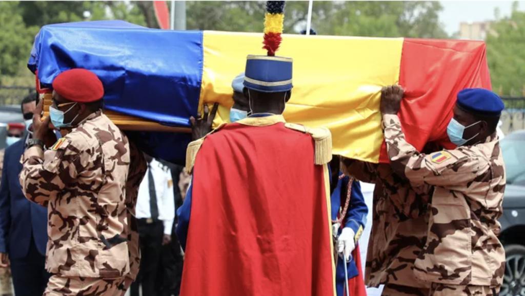 Des soldats tchadiens portent le cercueil du défunt président tchadien Idriss Deby lors des funérailles nationales à N'Djamena, le 23 avril 2021