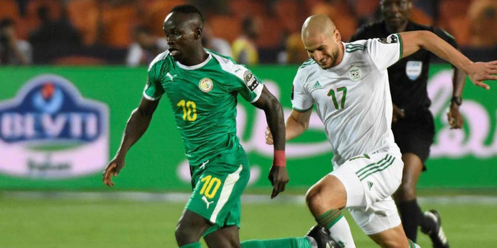 Le Sénégalais Sadio Mané et l'Algérien Adlene Guedioura lors de la CAN 2019, au Caire.